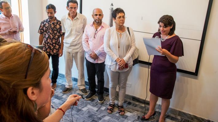 Yaiset Ramírez, directora del espacio, ofrece las palabras inaugurales.