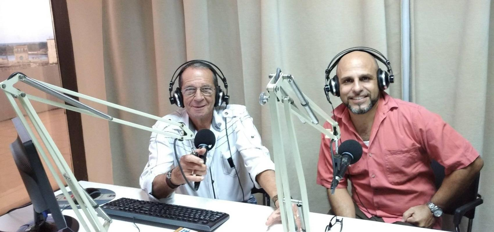 The artist of Maxima Douglas Pérez Castro together with the announcer Ángel Ferrera, in Habana Radio.