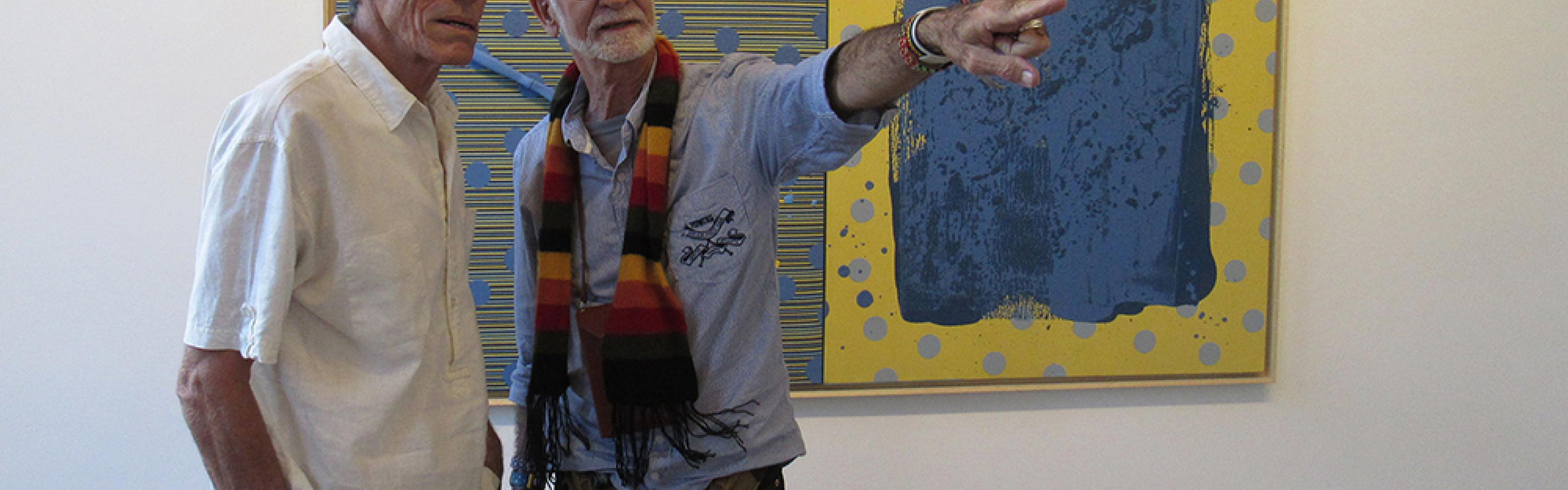 El artista Juan Suárez Blanco (i) y el curador Nelson Herrera Ysla (d)