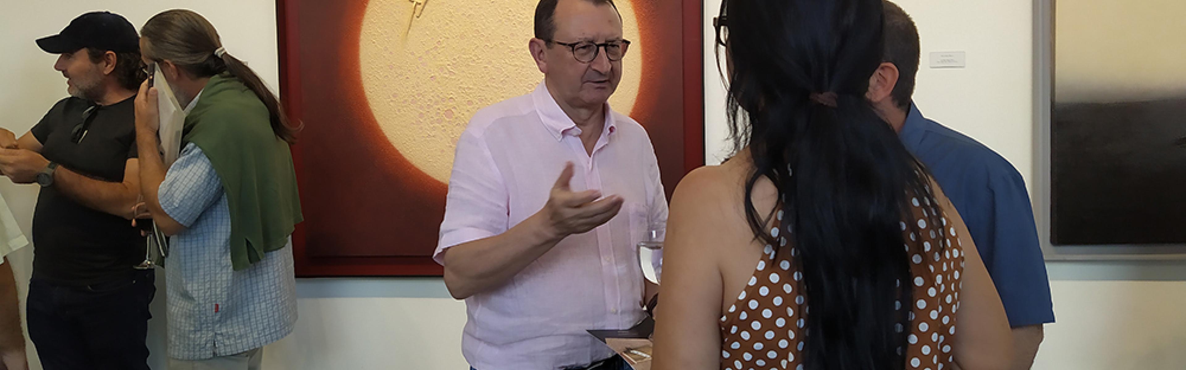 El coleccionista de arte cubano Luciano Méndez en la inauguración de Contrapunto en Máxima Estudio-Taller
